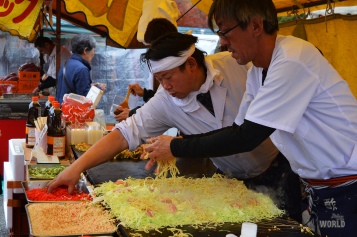Okonomiyaki con yakisoba nello stile di Hiroshima