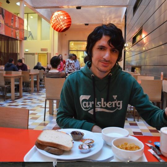 Alessio alle prese con la colazione continentale in mensa.